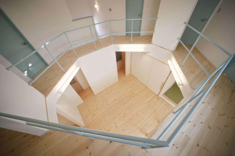 BLUEHOUSE(ブルーハウス)【子育て、自然素材、間取り】2階の廊下から見下ろしたLDK。子どもたちは廊下をぐるぐると走り回るのが大好き