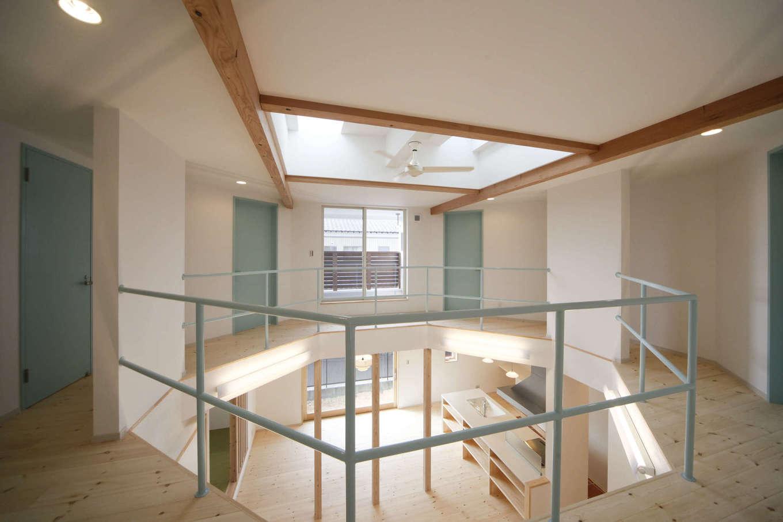 BLUEHOUSE(ブルーハウス)【子育て、自然素材、間取り】『ブルーハウス』の家は、センスあふれるカラーコーディネートも特徴の1つ。白壁と水色のアクセント、そして無垢の床や梁とのバランスが絶妙に調和している
