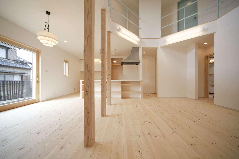 BLUEHOUSE(ブルーハウス)【子育て、自然素材、間取り】1階のLDKはアイランドキッチンを中心に回れる家事動線を確保。パインの無垢の床は足触りが心地よく、冬はひだまりの温かさがじんわりと伝わってくる