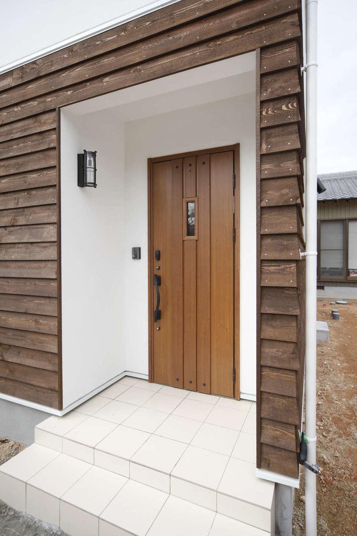 BLUEHOUSE(ブルーハウス)【子育て、自然素材、間取り】鎧張りの外壁の素材感が個性を放ち、コンパクトでありながらインパクトのある玄関ポーチ