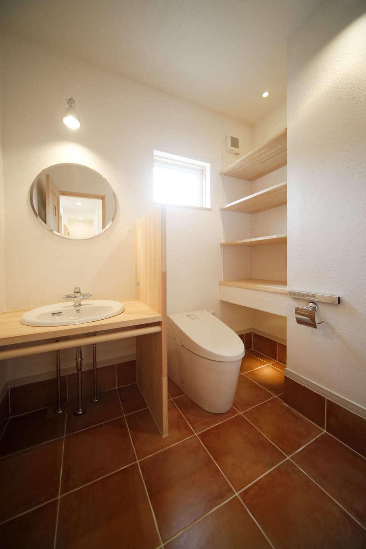 BLUEHOUSE(ブルーハウス)【子育て、自然素材、間取り】来客に配慮して、レストラン風に手洗いスペースをしっかりと確保したトイレ。収納も十分に設けてある