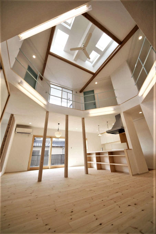 BLUEHOUSE(ブルーハウス)【子育て、自然素材、間取り】室内は、六角形のホールを中心に家中が心地よく繋がる。天井高を抑えなければならないという立地上の条件を見事にクリアし、独創的で開放感あふれる空間が実現。天井にはトップライトを設け、いっそうの開放感と明るさを確保