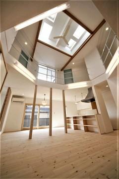 六角形の大ホールが独創的な家