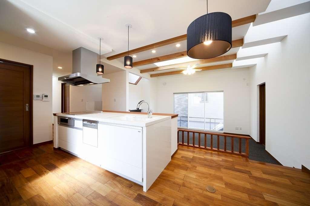 BLUEHOUSE(ブルーハウス)【狭小住宅、ペット、平屋】ワークスペースを広々と確保したオープンキッチン。リビングを上から見渡して、家族や愛犬の様子を見守りながら調理や片付けができる