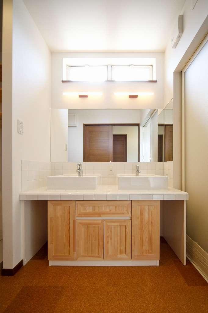 洗面台はシンクを2つにして朝の混雑を回避、造作家具にすれば水回りの快適さやデザイン性も自由自在