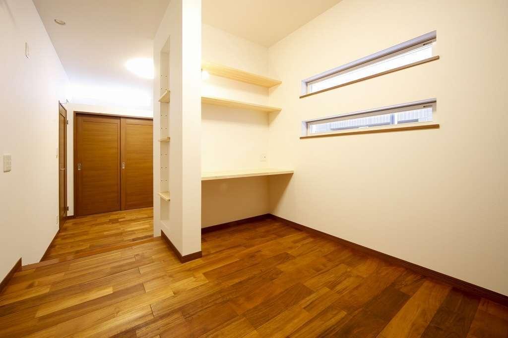 寝室は間仕切り棚を組み込みプライバシーを確保、テレワークにも書斎として活用できる空間に