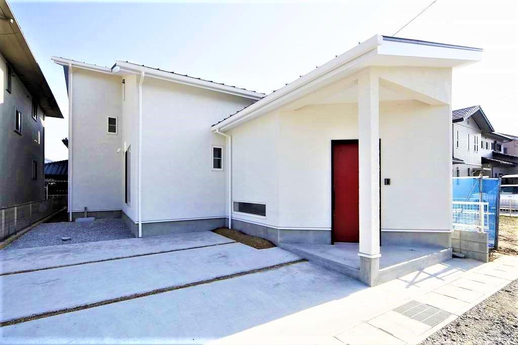 BLUEHOUSE(ブルーハウス)【狭小住宅、ペット、平屋】斬新な平屋スタイルのフォルムがインパクトを放つスタイリッシュな外観。赤い玄関ドアをアクセントに、漆喰壁の白さが際立ってみえる
