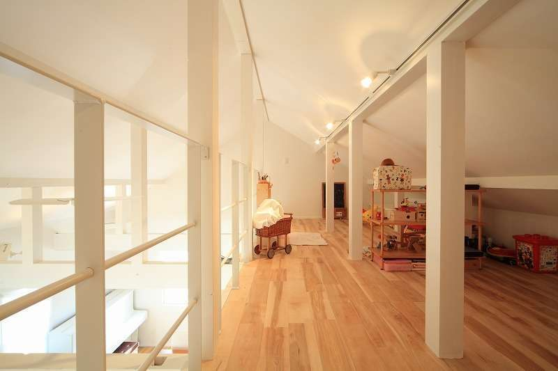 BLUEHOUSE(ブルーハウス)【デザイン住宅、建築家、ガレージ】ロフトは収納スペースとして利用するだけではもったいない程スタイリッシュな空間。子どもの隠れ家としても活躍しそう