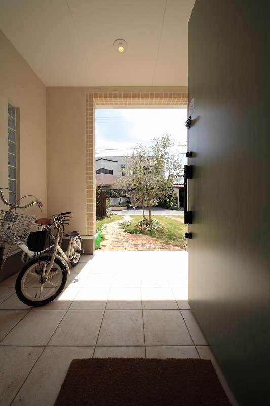 BLUEHOUSE(ブルーハウス)【デザイン住宅、建築家、ガレージ】玄関ポーチは屋根付きで、自転車を置けるように広々とスペースを確保。プライバシーにも配慮して、周囲からの視線を遮るようにプランされている