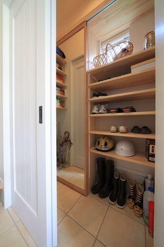 BLUEHOUSE(ブルーハウス)【デザイン住宅、建築家、ガレージ】玄関にはシューズクロークを設け、家族全員分の靴やアウトドア用品などをたっぷり収納