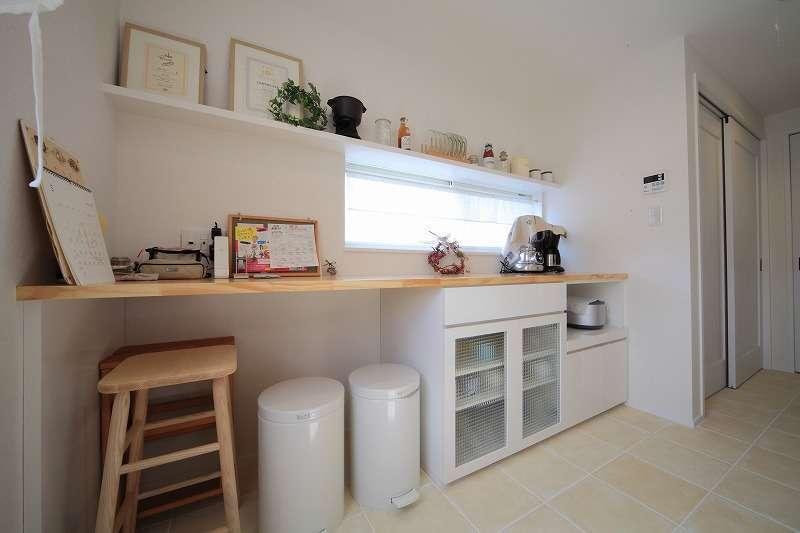 BLUEHOUSE(ブルーハウス)【デザイン住宅、建築家、ガレージ】2階のキッチンの背面にはカウンターとオープンラックがあり、「見せる収納」でオシャレに演出