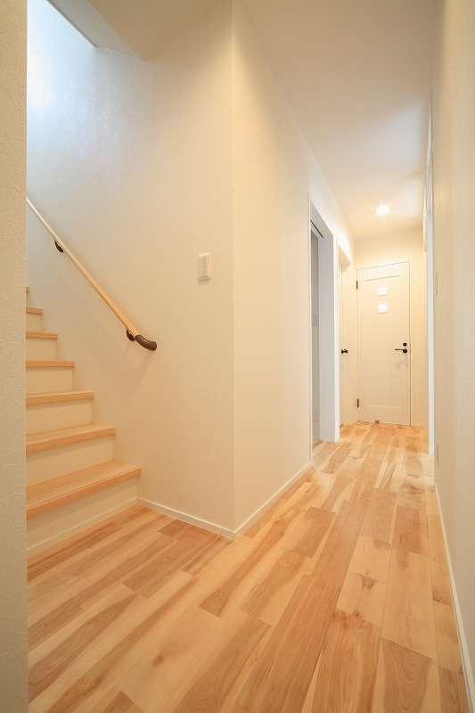 BLUEHOUSE(ブルーハウス)【デザイン住宅、建築家、ガレージ】1階にはガレージの他に、廊下をはさんで寝室と子ども部屋を配置。階段を上がるとLDKがある
