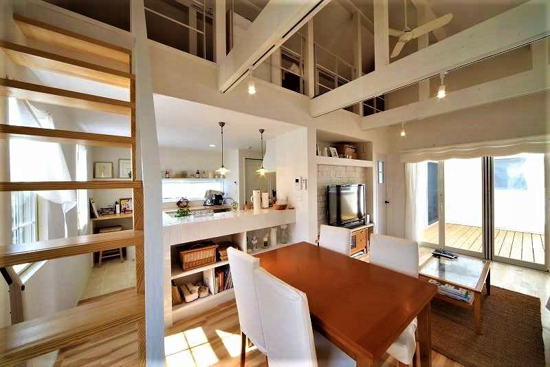 BLUEHOUSE(ブルーハウス)【デザイン住宅、建築家、ガレージ】ロフト付きの高天井やベランダに面した窓が、明るさと開放感をもたらす2階LDK。内装や柱、梁を白で統一し、ナチュラルモダンにコーディネート。メープルの無垢の床は足触りがよく、素足の暮らしを楽しめる