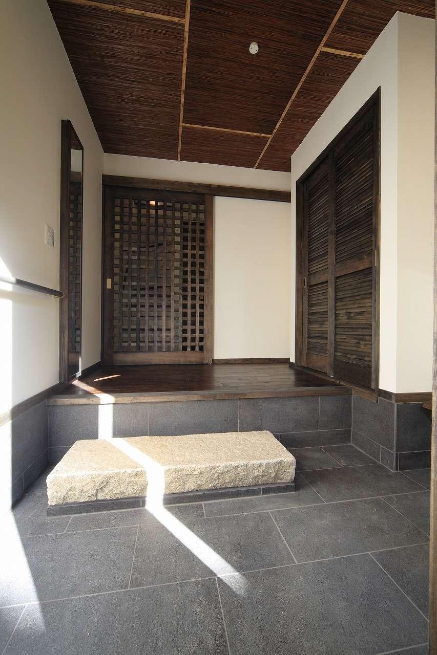 BLUEHOUSE(ブルーハウス)【和風、屋上バルコニー、建築家】古民家風の情緒が漂う自宅用の玄関。天井は、夫妻が旅行先で気に入った竹張りで仕上げてある。1階の自宅スペースには寝室と水回り、収納を配置