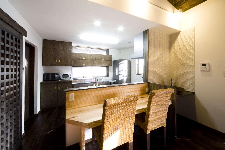 BLUEHOUSE(ブルーハウス)【和風、屋上バルコニー、建築家】2階のLDK。対面キッチンの前には無垢のカウンターを設け、朝食や軽食をとれるようにした。子どもの勉強スペースとしても利用でき、奥さまが食事の支度をしながら宿題をみてあげられる
