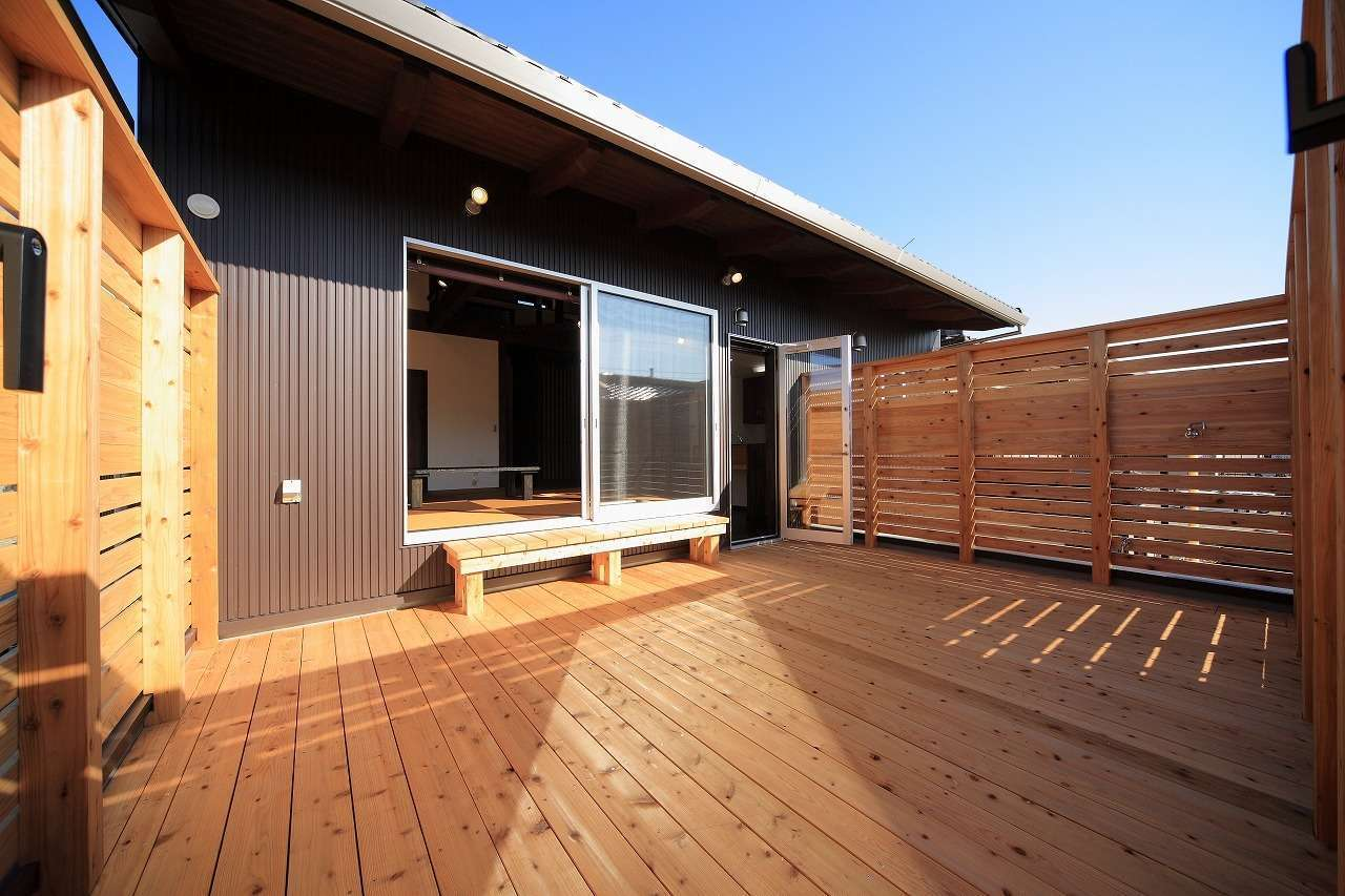 BLUEHOUSE(ブルーハウス)【和風、屋上バルコニー、建築家】広いベランダは床や手すりを板張りにして、キャンプ場のコテージのように開放的で心地よい空間に。木ならではの温かみにあふれ、BBQや子どもの遊び場など、フレキシブルに活用できる