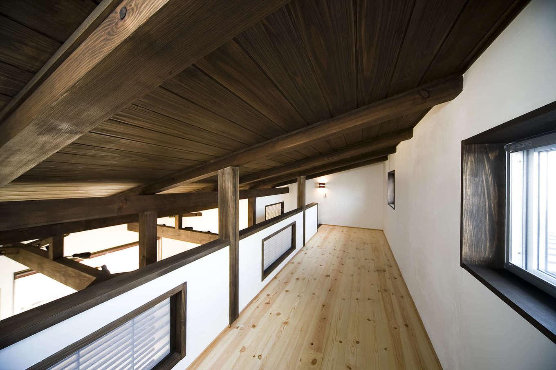 BLUEHOUSE(ブルーハウス)【和風、屋上バルコニー、建築家】LDKの上部にあるロフトも和テイストにコーディネート。無垢板張りの勾配天井が手の届く位置にあり、どことなく懐かしい雰囲気に癒される