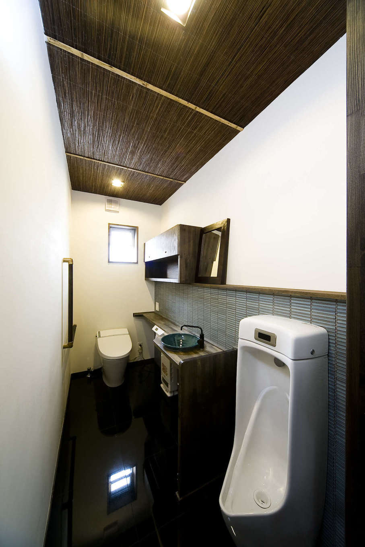 BLUEHOUSE(ブルーハウス)【和風、屋上バルコニー、建築家】2階の家族用トイレは男性用と女性用に分け、広いスペースを確保。タイル張りの壁と、陶器のボウル、板張りの勾配天井が見事に調和した美空間