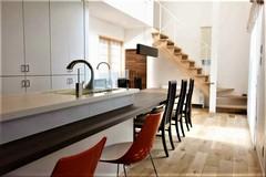 家族や仲間の笑顔が集う自然素材のスタイリッシュ住宅