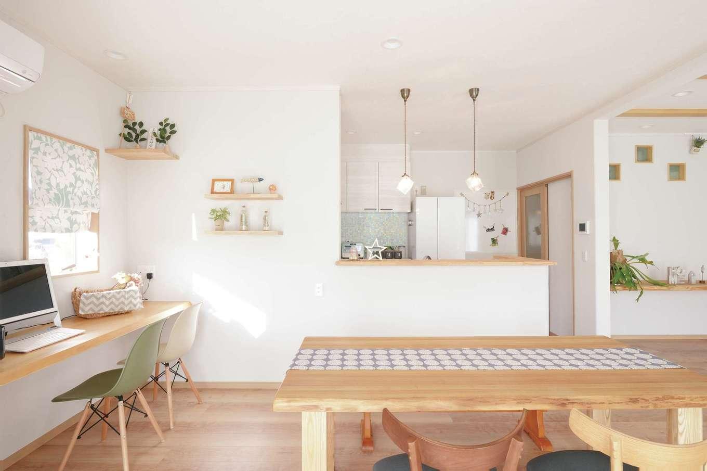 リビングに隣接していた和室が、開放的なダイニングキッチンに大変身。奥さまが好きな北欧風のインテリアでコーディネートされ、明るい空間に仕上がっている