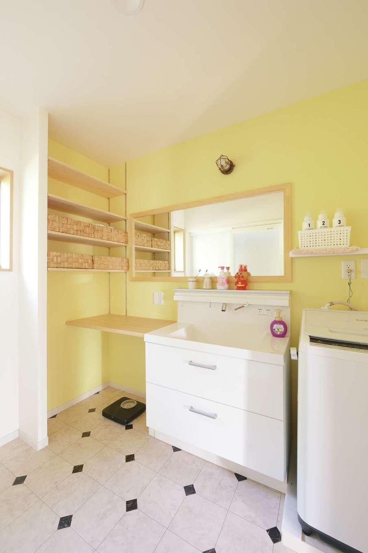 洗面室は、孫たちが遊びに来ても十分な広さを確保。黄色いアクセントクロスがお洒落