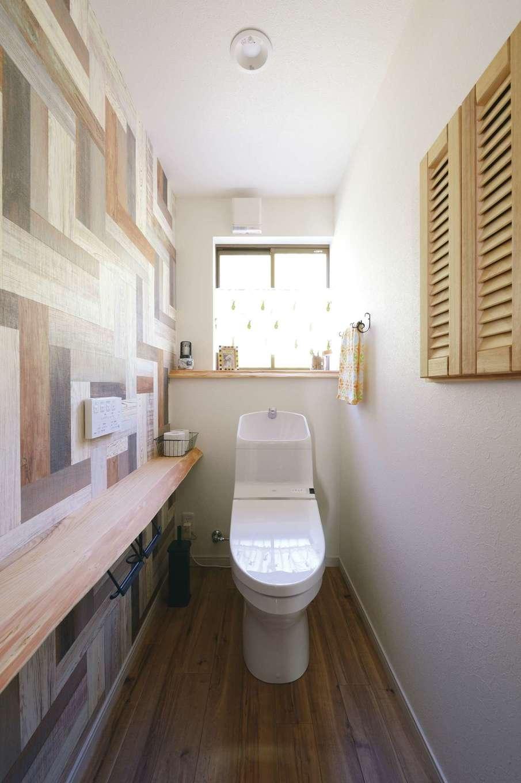 落ち着いた雰囲気に仕上げたトイレも、壁紙で遊び心をプラス