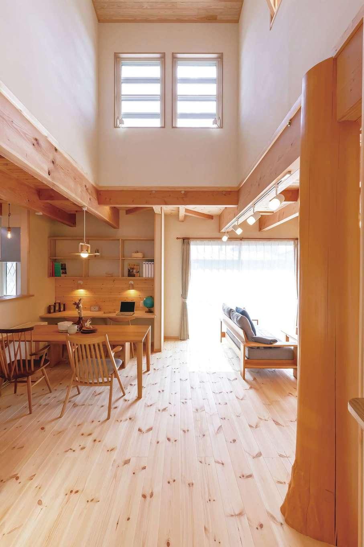 住まいるコーポレーション【デザイン住宅、収納力、自然素材】冬は蓄熱暖房の暖かさが吹き抜けを通じて家中に広がる
