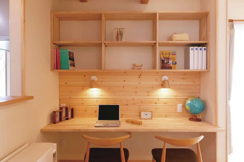 住まいるコーポレーション【デザイン住宅、収納力、自然素材】ダイニングに設けたスタディコーナー。2人分のスポット照明と、教科書などをしまう棚を確保