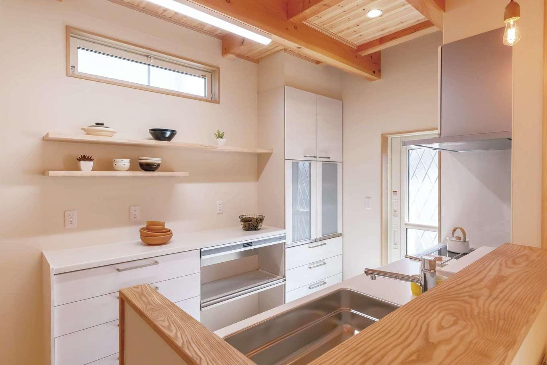 住まいるコーポレーション【デザイン住宅、収納力、自然素材】キッチンはワークスペースを広くとり、背面の棚はオープンにして「見せる収納」で部屋をおしゃれにコーディネート