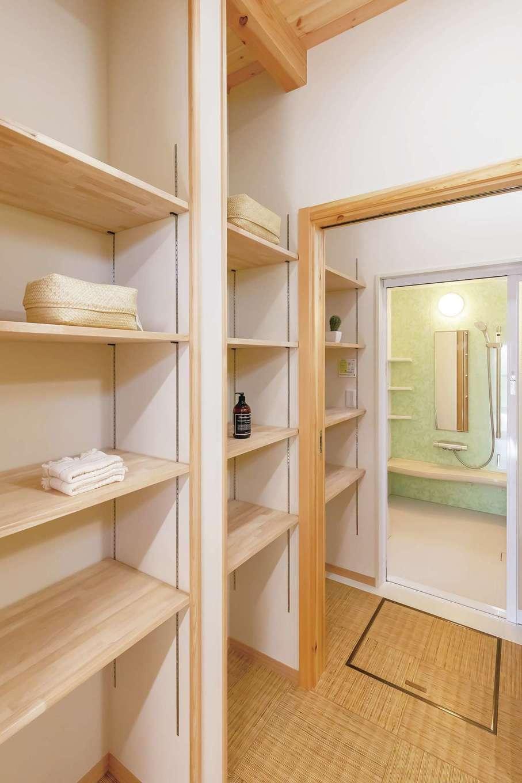 住まいるコーポレーション【デザイン住宅、収納力、自然素材】収納棚をたっぷり設けた洗面スペース