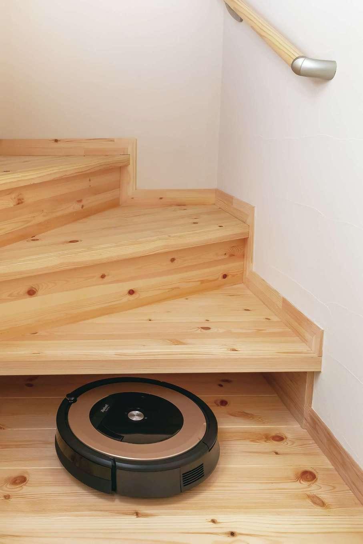 住まいるコーポレーション【デザイン住宅、収納力、自然素材】奥さまのアイデアで、階段下に設けたロボット掃除機のお部屋