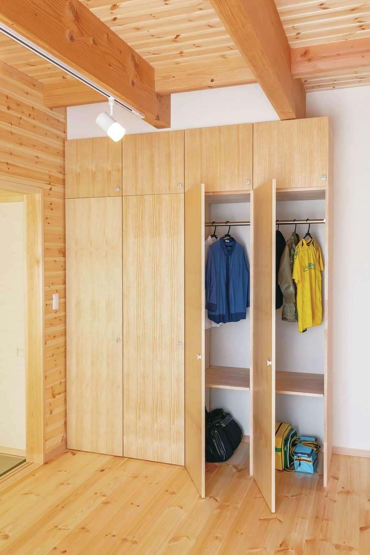 住まいるコーポレーション【デザイン住宅、収納力、自然素材】リビングに設けたファミリーロッカー。衣類やカバンを1人1人分類して収納でき、子どもも片づけの習慣を身につけやすい