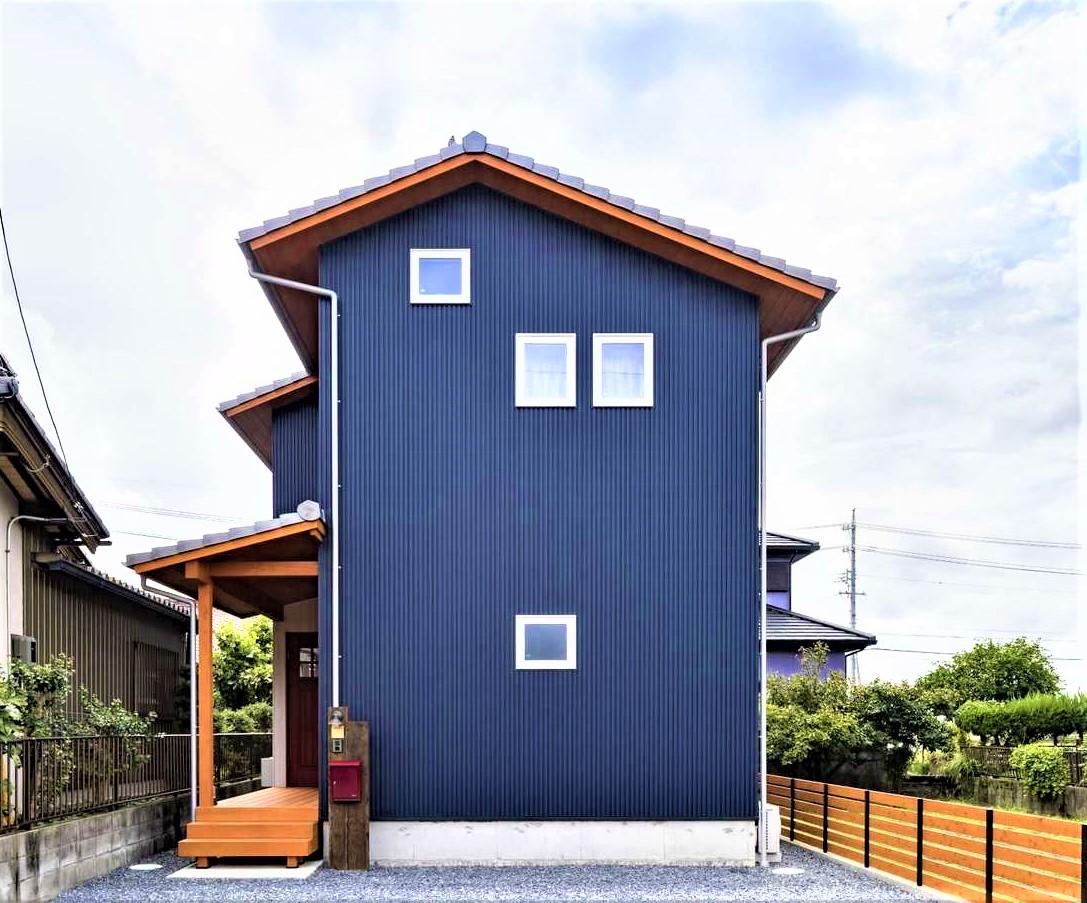 KANAZAWA STYLE/金澤建築【デザイン住宅、収納力、狭小住宅】細長い狭小地に建てたW邸。濃紺のガルバリウムに無垢材が映える。軒天と下屋にも無垢材を使うのが金澤社長のこだわり