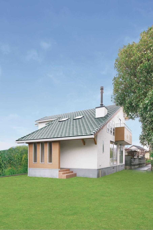 住まいるコーポレーション【デザイン住宅、収納力、自然素材】外観は、ブルーの大屋根と薪ストーブの煙突がアクセント。プライバシーに配慮して設けた玄関ポーチの壁は風除けにも役立つ