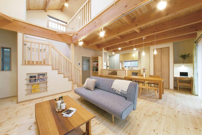 住まいるコーポレーション【デザイン住宅、収納力、自然素材】LDK内に階段やカウンターを設け、家族がいつも対面できる空間を実現。床と天井は厚さ30ミリの無垢のパイン材、壁には天然100%の珪藻土を使用し、夏も冬も快適