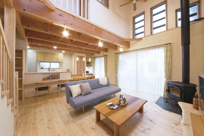 住まいるコーポレーション【デザイン住宅、収納力、自然素材】家族が集うリビング。冬は薪ストーブの暖かさが吹き抜けを通じて家中に行き渡る