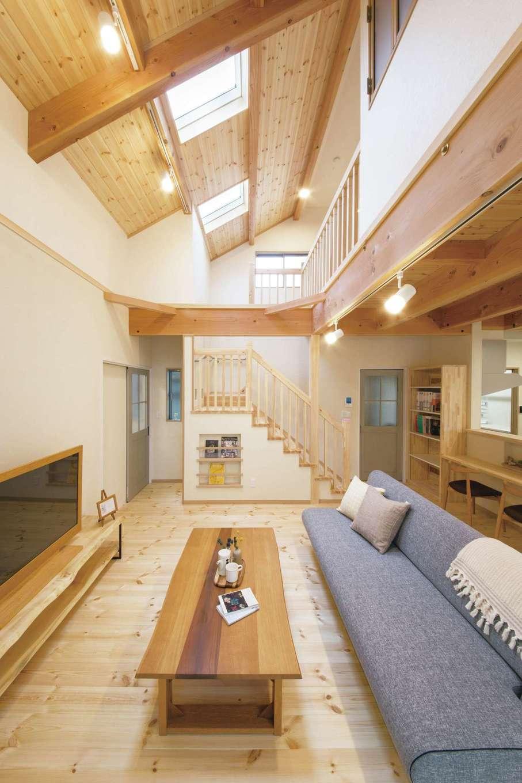 住まいるコーポレーション【デザイン住宅、収納力、自然素材】大きな吹抜けが1階と2階を繋ぎ、天井にはトップライトを設けて明るさを確保。階段下のマガジンラックには、新聞や子どもの絵本など収納でき、オシャレな雑誌を飾れば部屋のアクセントに