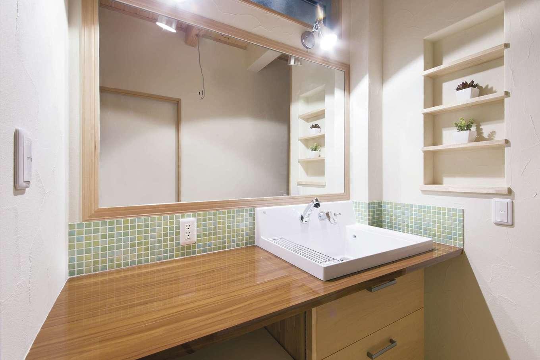 住まいるコーポレーション【デザイン住宅、収納力、自然素材】ワイドサイズの鏡と広いカウンターを設けた洗面スペース