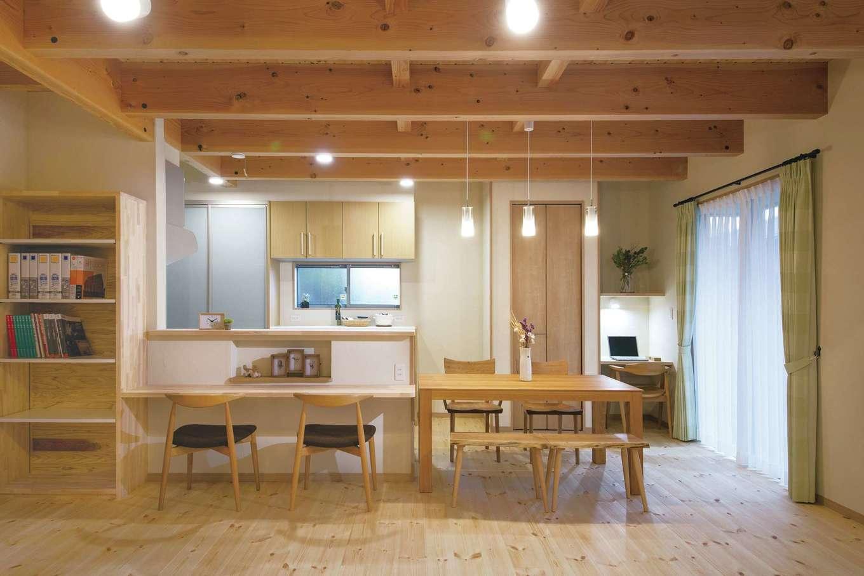 住まいるコーポレーション【デザイン住宅、収納力、自然素材】キッチン正面のカウンターは、ニッチや書棚と一体型なので、軽食をとったり読書をしたりとフレキシブルに活用できる
