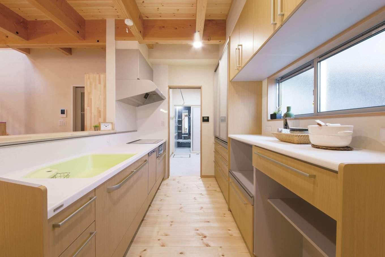 住まいるコーポレーション【デザイン住宅、収納力、自然素材】キッチンはワークスペースを広々と確保してあるので、家族や仲間と一緒にクッキングを楽しめる。キッチンの奥には脱衣室と浴室があり、水回りを集約して家事が便利に!