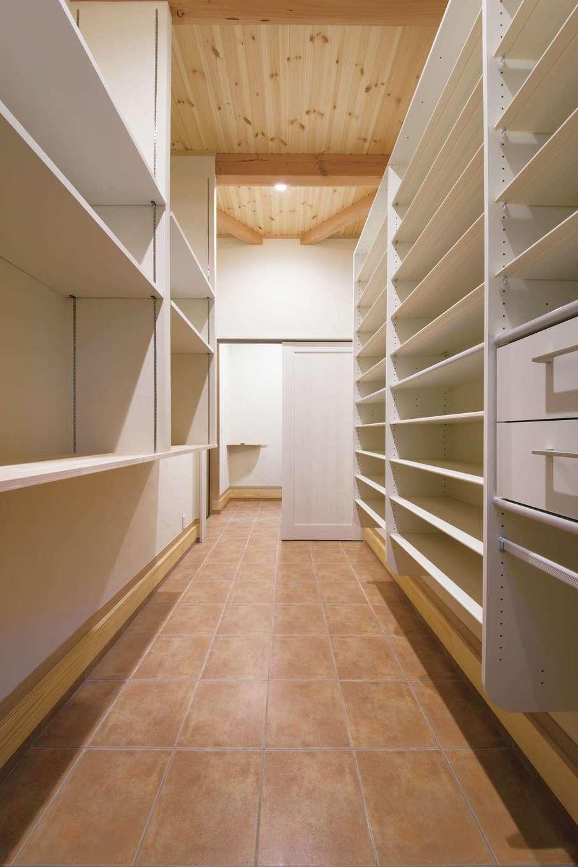 住まいるコーポレーション【デザイン住宅、収納力、自然素材】玄関脇のシューズクロークは4畳もの広さ。靴用の棚やハンガー掛けなどがたっぷり設けてある