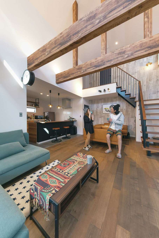 大きな吹き抜けに梁見せ天井がインパクト大。スケルトン階段やバルコニーのようなホールがお気に入り。床暖房×無垢床の心地よさは『ユニバーサルホーム』ならでは