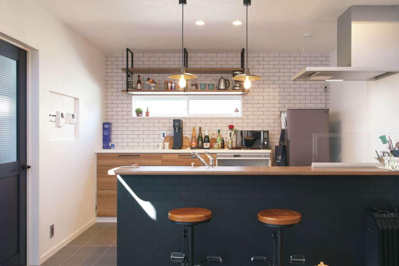 ユニバーサルホーム(藤枝・静岡南・清水)【デザイン住宅、趣味、省エネ】夫妻でキッチンに立ってゲストをもてなすことも。木とアイアンのコンビがお洒落なバーのよう