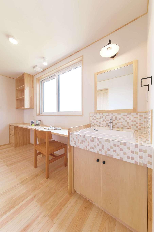 ワイズホーム【子育て、自然素材、間取り】2階の洗面は奥さま選定のタイルでおしゃれに。カウンターは、洗濯物をたたむなど家事スペース