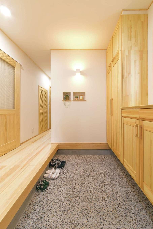 ワイズホーム【子育て、自然素材、間取り】玄関は洗い出しのたたきで和テイストをプラス。リビングを通らなくても洗面・キッチンへとぐるりとまわれる