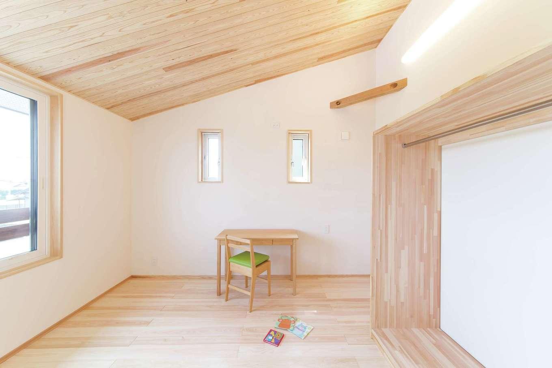ワイズホーム【子育て、自然素材、間取り】勾配天井を利用した子ども室。造作の収納はオープンスタイルに