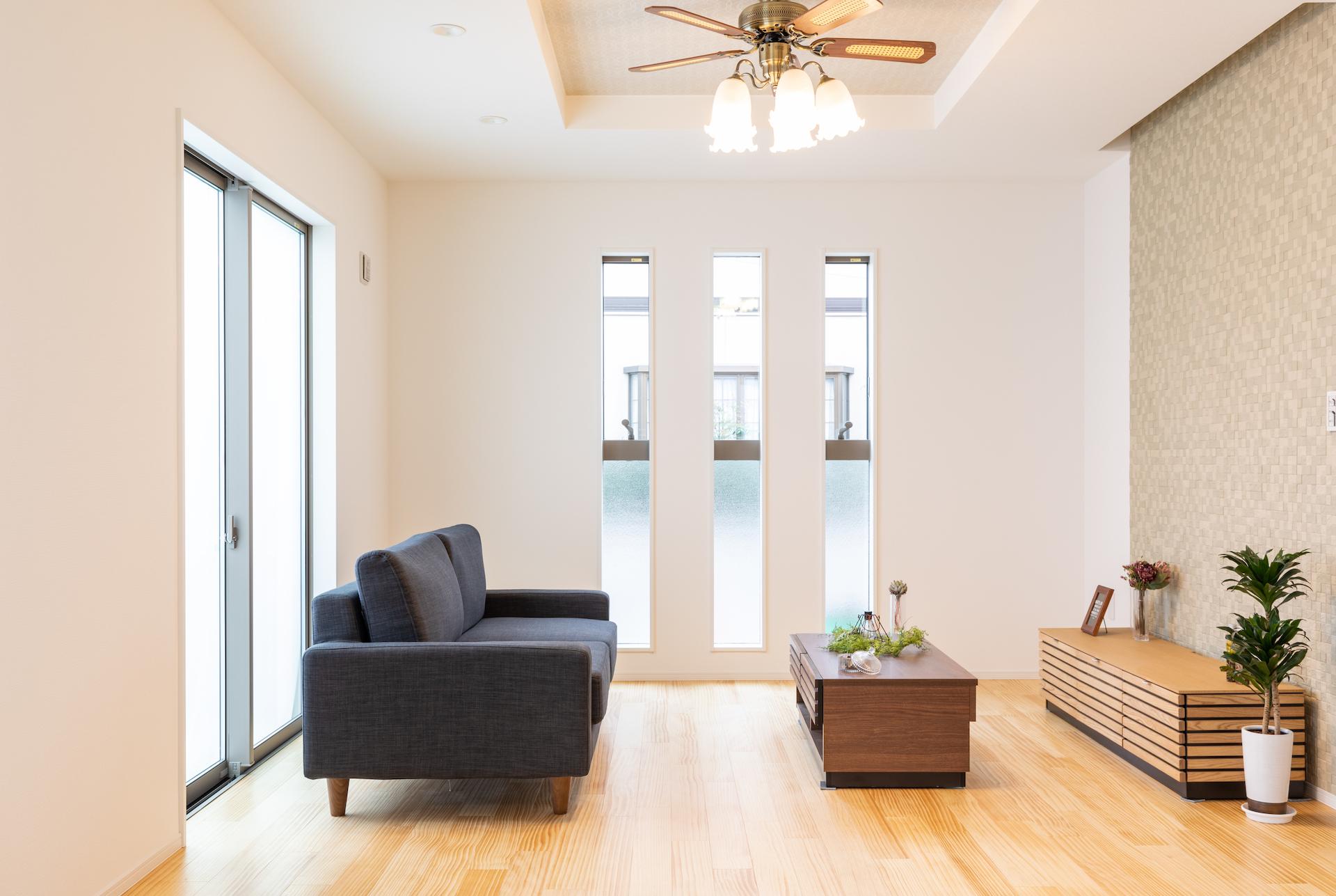リビングの南は通りに面しているため、スリット窓の下半分を片ガラスにして視線をカット。光だけを室内に招き入れる