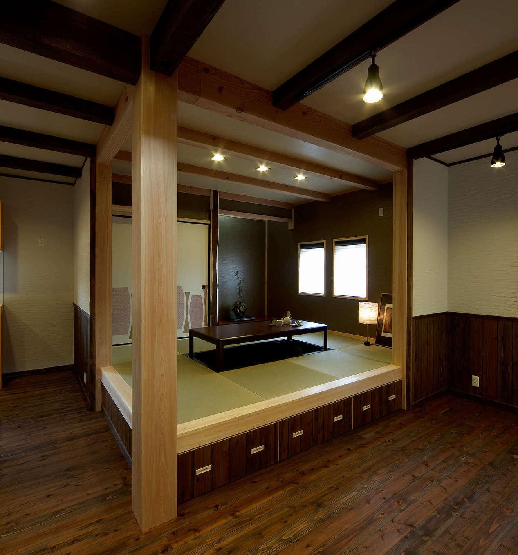 みずしまの家/水嶋建設【子育て、自然素材、インテリア】リビングと隣接した6畳の和室は掘りごたつを採用し、居酒屋のイメージに。冬は家族みんなでほっこりくつろぐ。小上がり部分は収納で片付けやすく、常にリビングをきれいに保つことができる