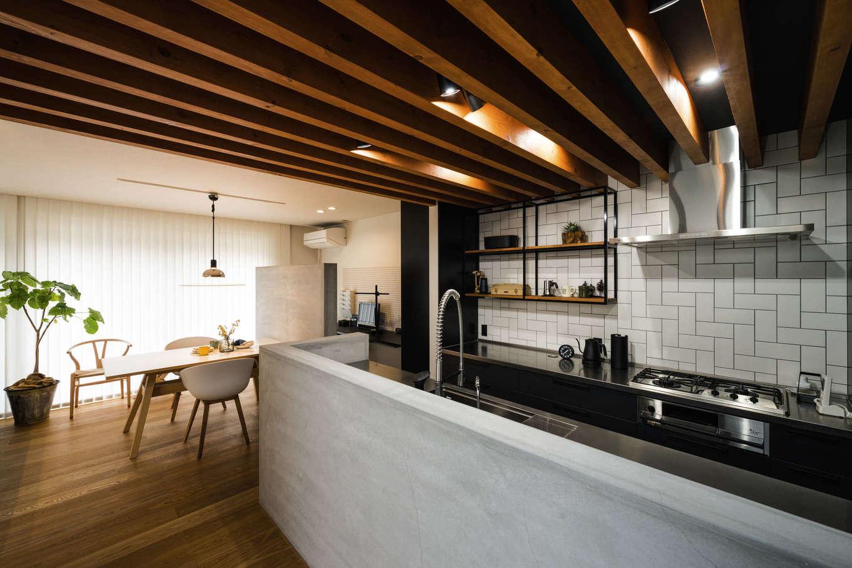 モルタルカウンター、キッチン、吊り棚はオーダーメイド。タイルの貼り方は海外メディアを参考にした