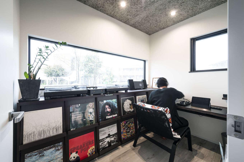 ご主人の部屋にはレコードやターンテーブル用の棚を造作